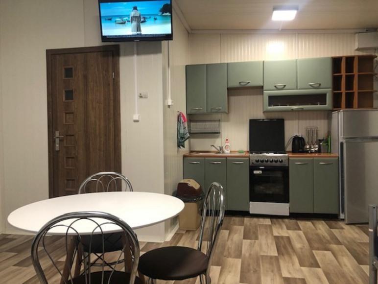 kuchnia w pokoju trzyosobowym