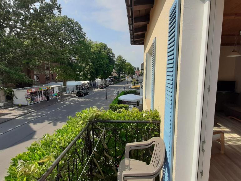 Widok z balkonu na główną ulice