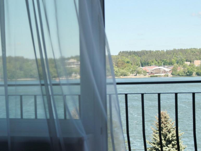 Widok na jezioro z pokoju hotelowego