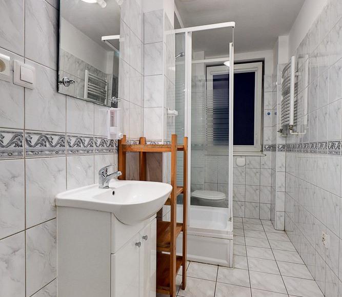wpólna łazienka w hostelu