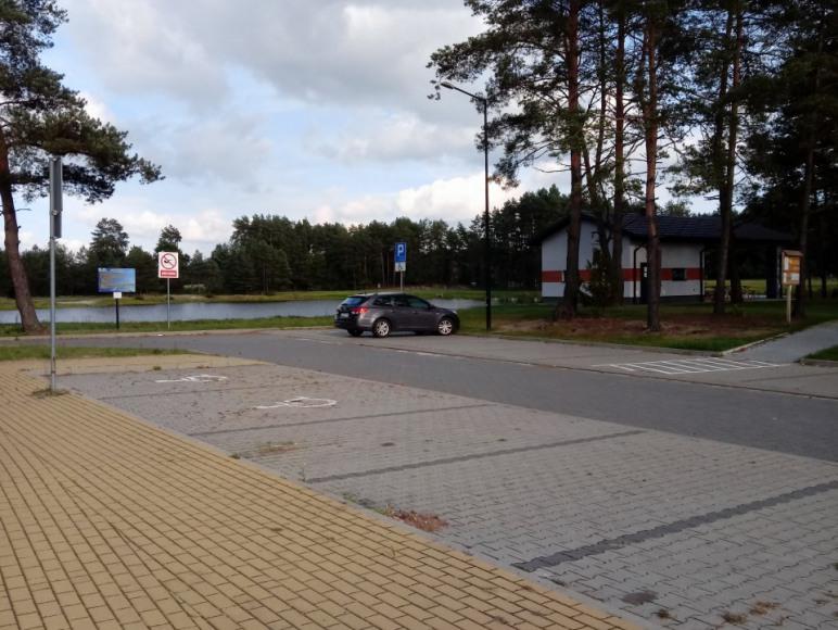 Parking w Jacni nad zalewem