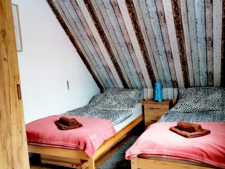 Trzyosobowa sypialnia na piętrze nr 1