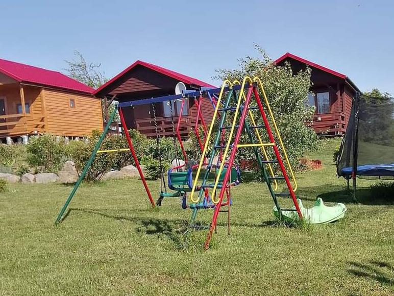 teren przed domkami wraz z placem zabaw