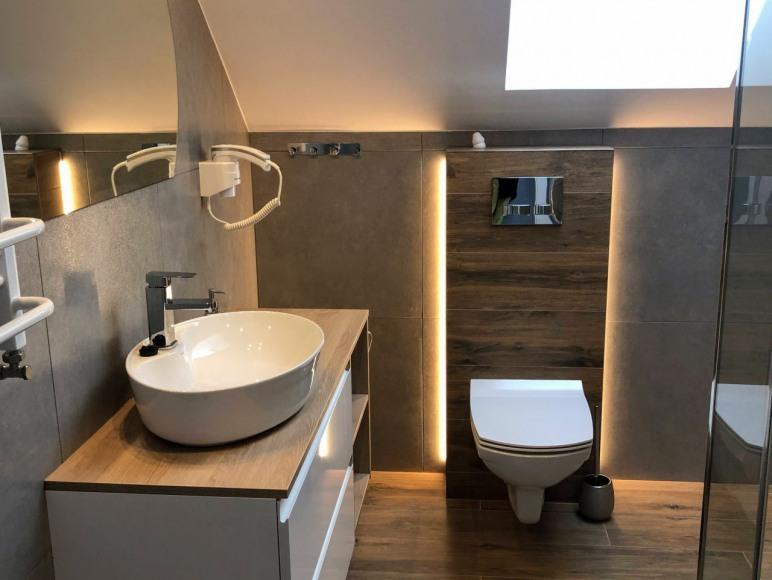 Łazienka na piętrze - domki Na wrzosach