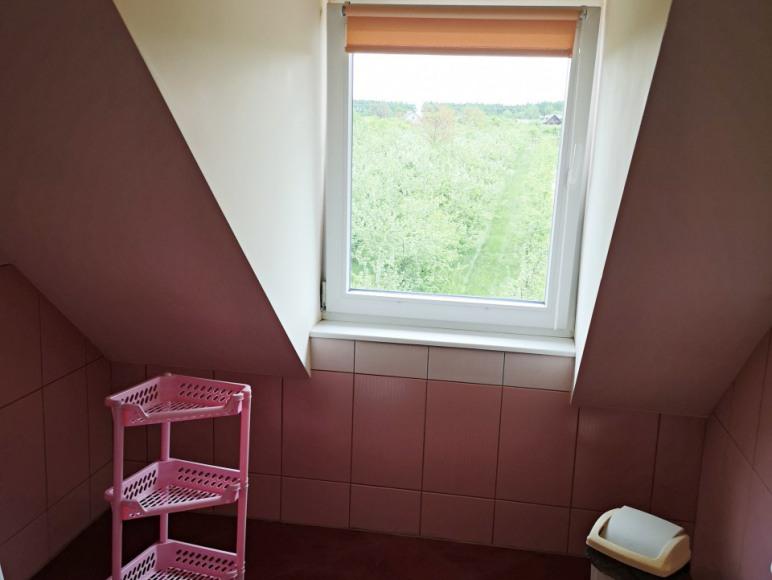 łazienka z widokiem na sad