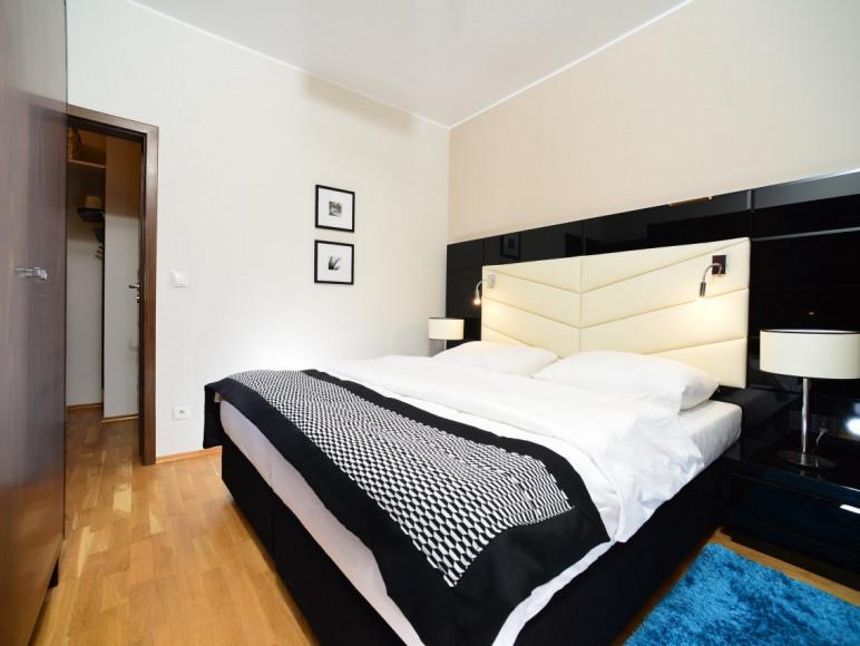 Sypialnia z podwójnym łózkiem i szafą