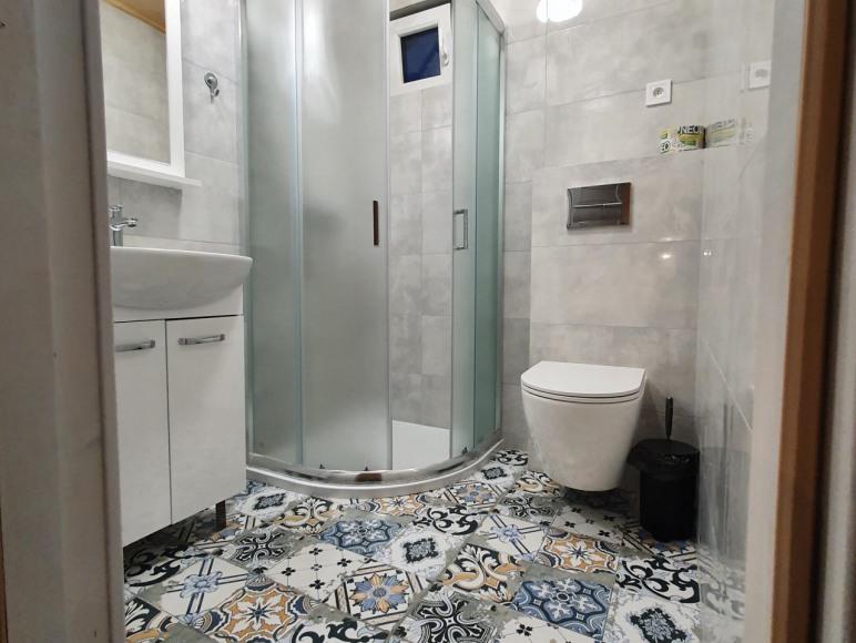 łazienka w domku z podgrzewana podlogą