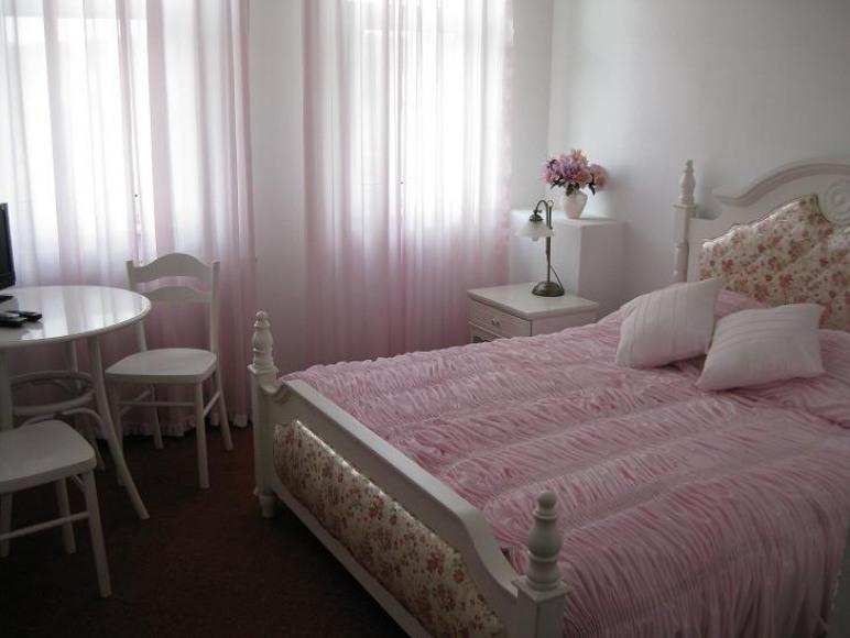 Pokój z szerokim łóżkiem