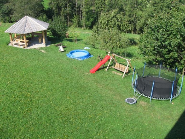 trampolina,hustawki, zjeżdzalnia , basen, szałas z grilem