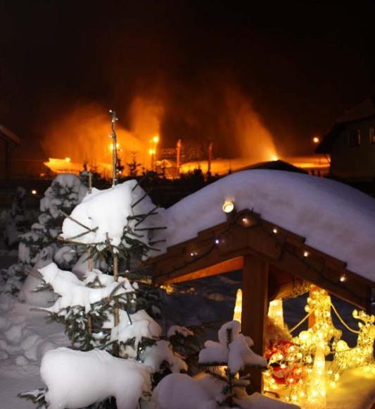 Widok z domu na pracujące armatki śnieżne