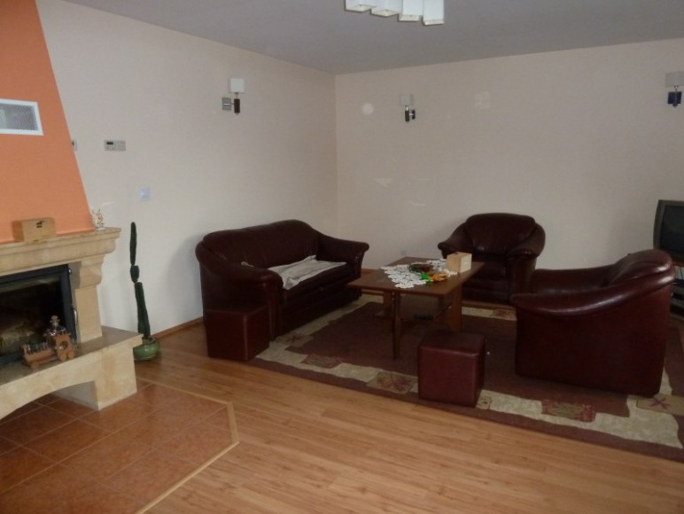 APARTAMENT 2 - salon z kominkiem i balkonem