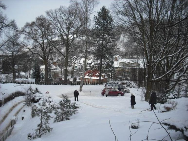 przed domem zimą
