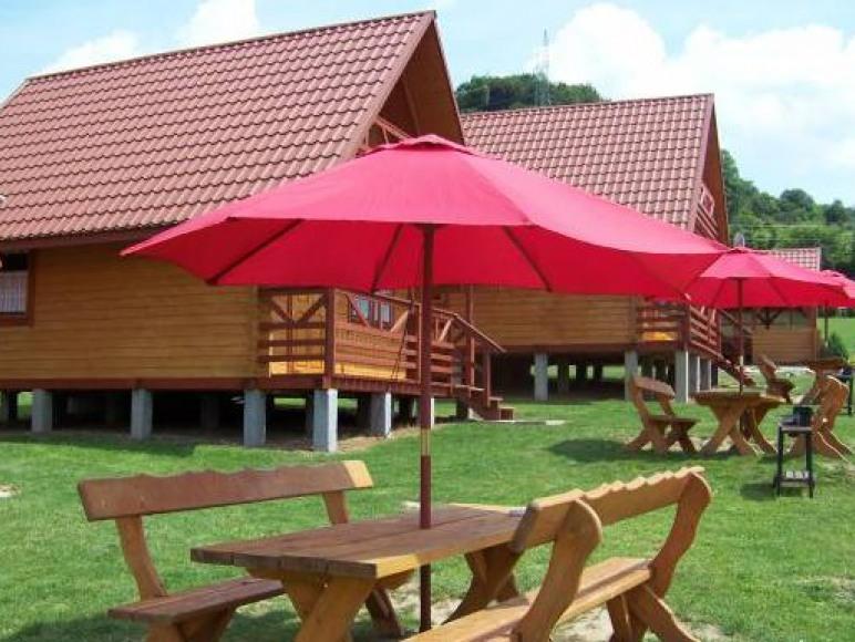 Stół z ławkami i parasolem