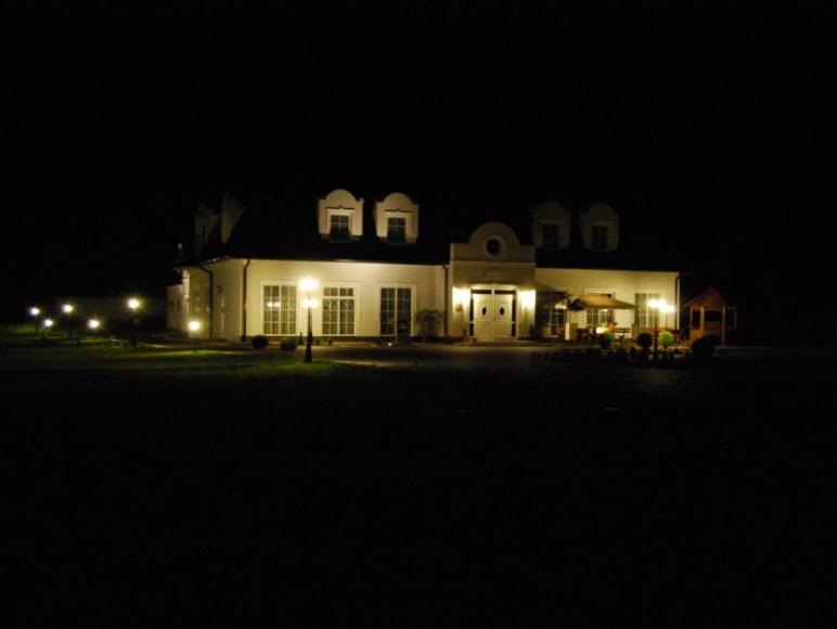 Hotel Restauracja Campari- nocą