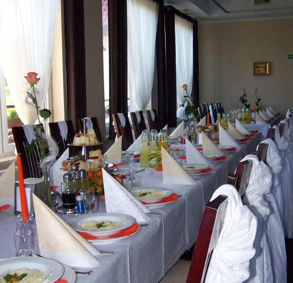 Restauracja przystrojona w dekoracje okolicznościowe.