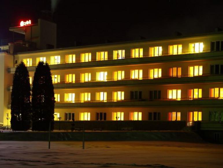 Fasada budynku nocą