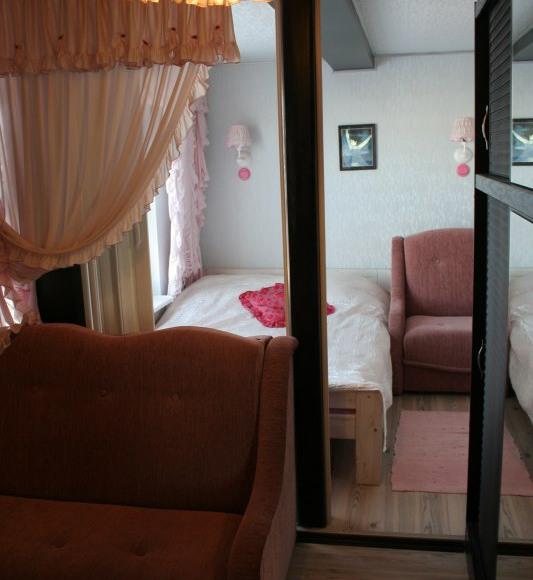 apartament różowy-sypialnia