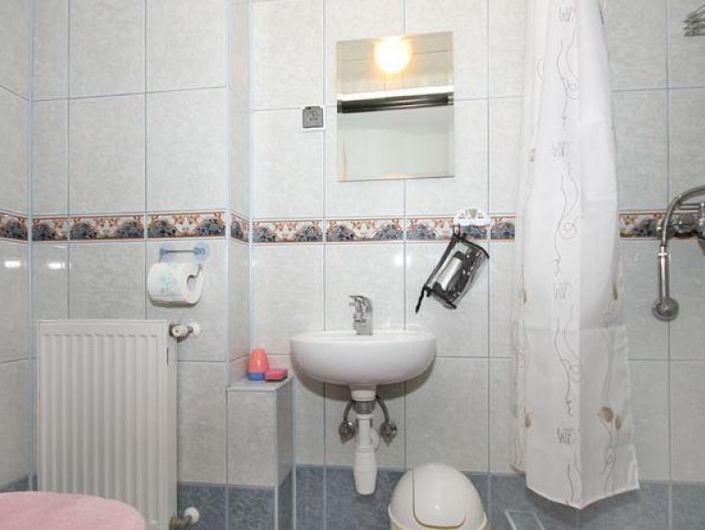 łazienki w pokojach 5,6,7.