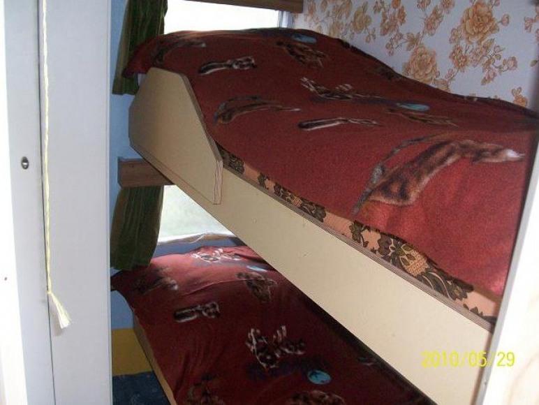 sypialnia z piętrowym łóżkiem