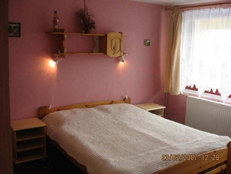 sypialnia z balkonem w apartamencie
