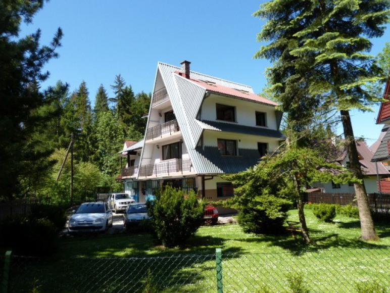 Widok na dom z ogrodu