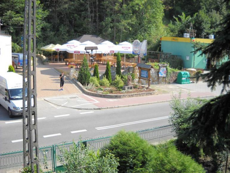 widok z balkonu na pizzerię i sklep spozywczy