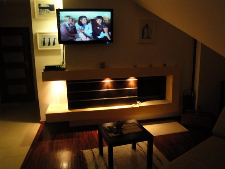 Salon z kominkiem i TV