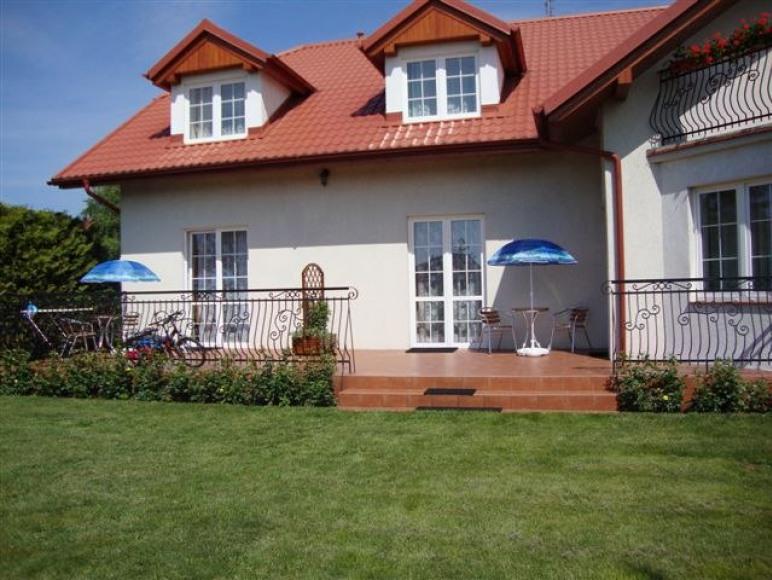 widok domu od ogrodu