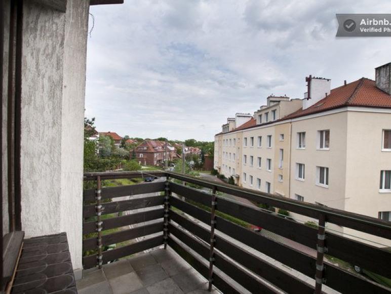 Plowce House - Widok z balkonu na ulicę Płowce