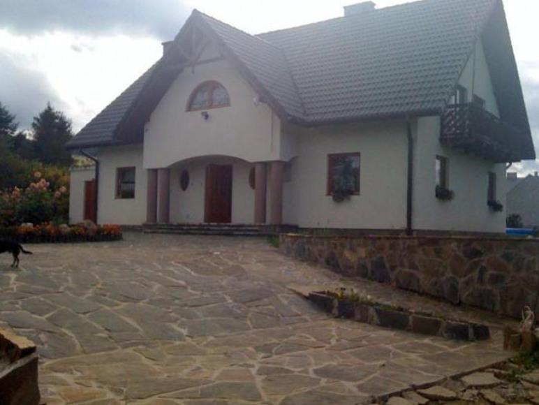 Dom z pokojami z łzienkami