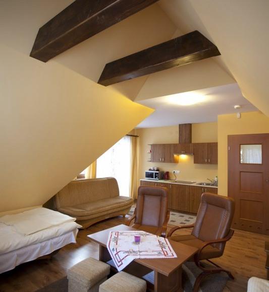 pokój z 4 podwójnymi łóżkami