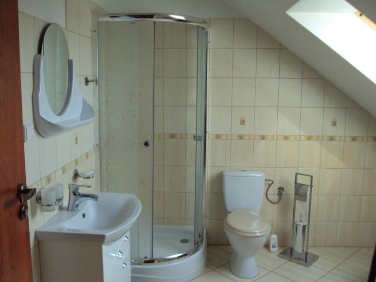 łazienka przy pokoju 4osobowym