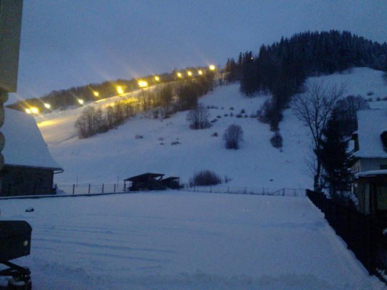 widok na wyciag narciarski zima