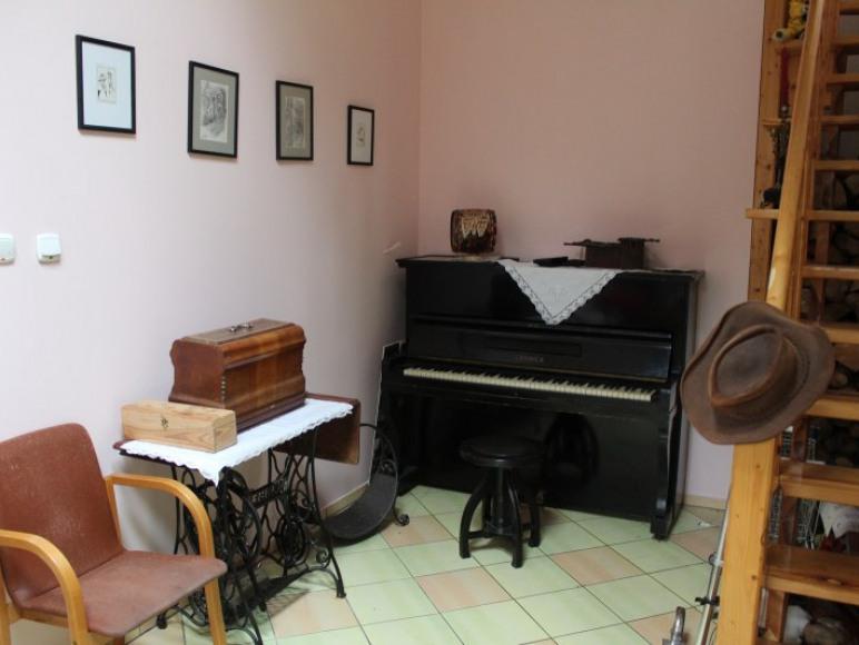pokój zabaw dla dzieci z pianinem