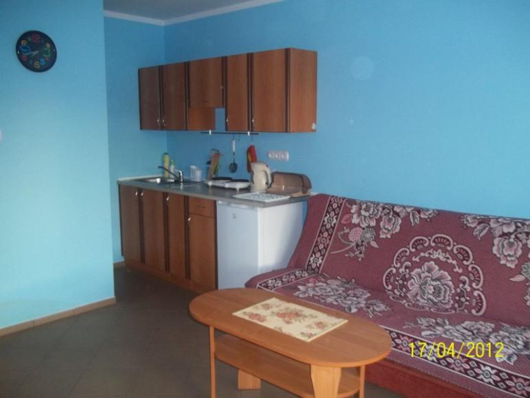 pokój 4-osobowy z aneksem kuchennym i łazienką