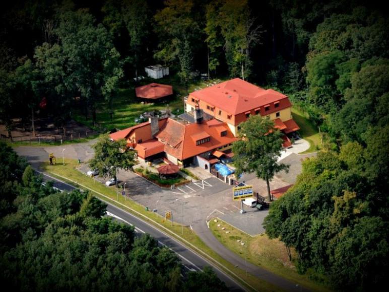 Zajazd położony jest przy trasie nr 24 między Poznaniem i Gorzowem Wlkp.