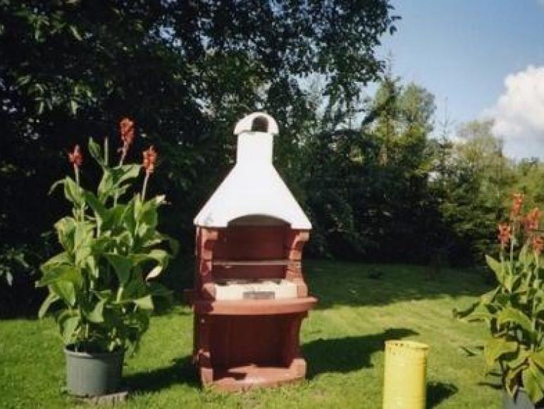 grill w ogrodzie