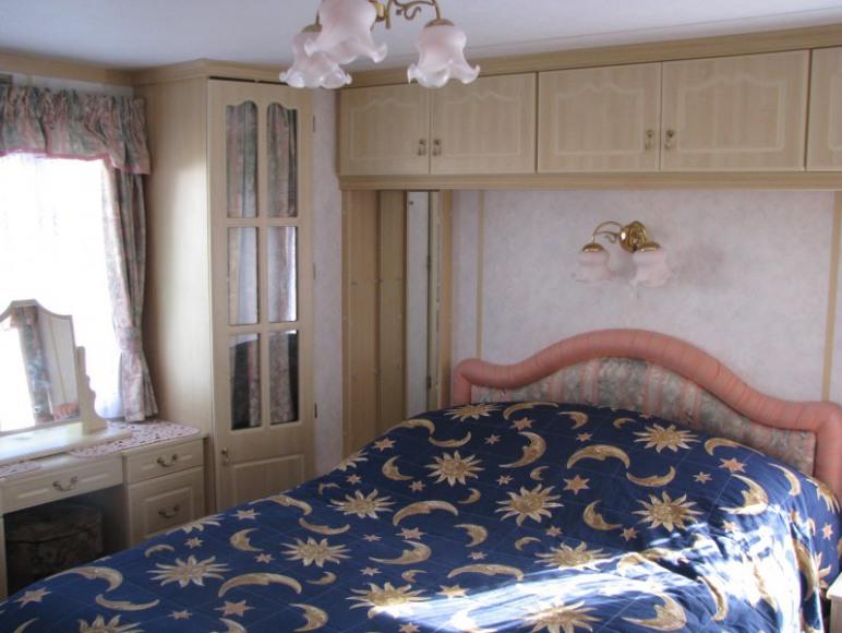 Duża sypialnia z łóżkiem małżeńskim