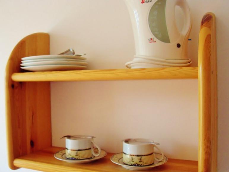 W każdym pokoju: czajnik elektryczny, filiżanki, łyżeczki, talerze, sztućce