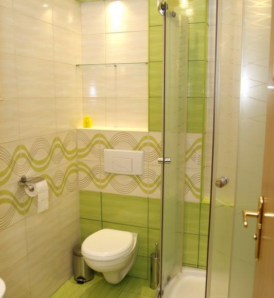 łazienka przy pokoju 2 osobowym z balkonem