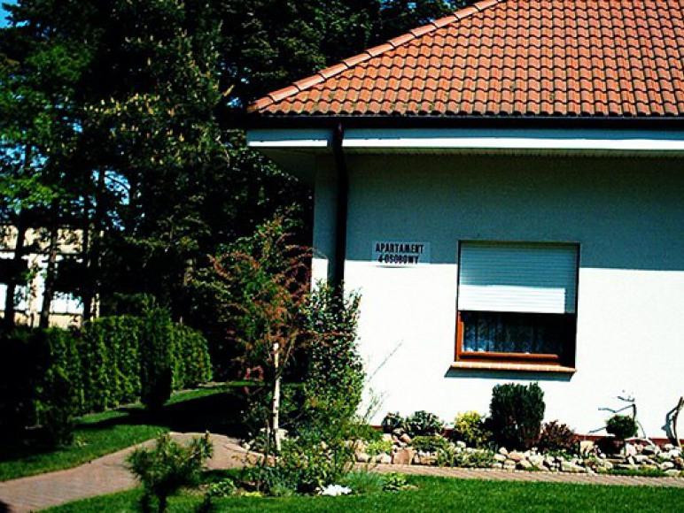 Apartament posiada niezależne wejście i własną, wydzieloną część ogrodu.