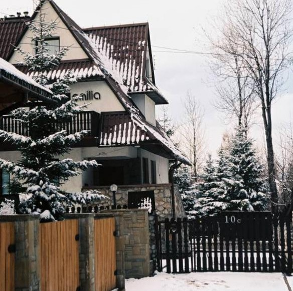 widok domu od furtki