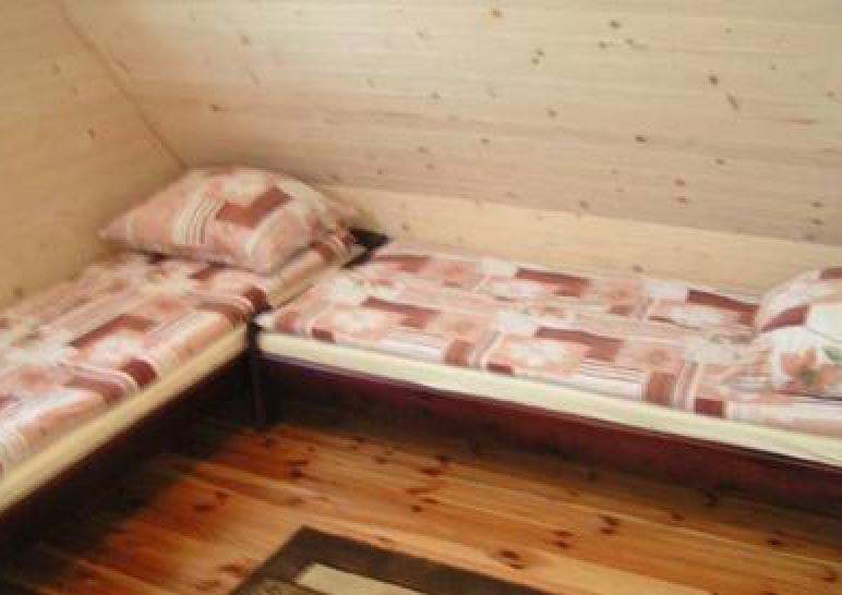 sypialnia w domku drewnianym