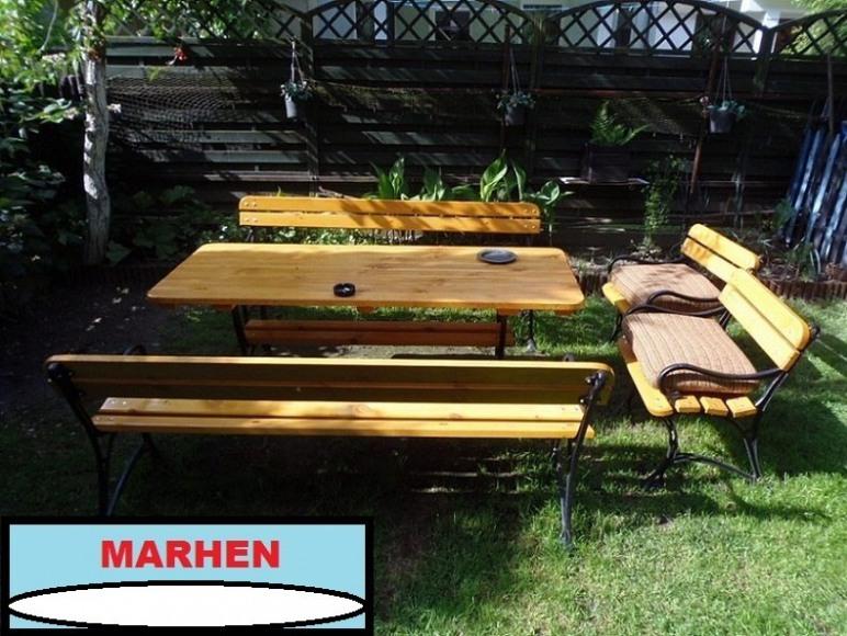 Stolik z ławkami w ogrodzie