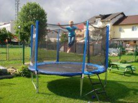 plac zabaw z trampoliną
