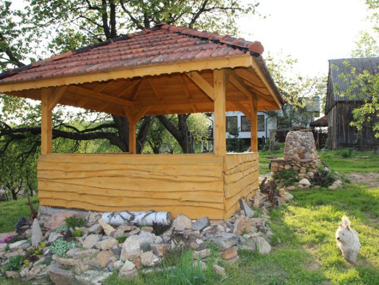 Altana ogrodowa - na tle starego sadu