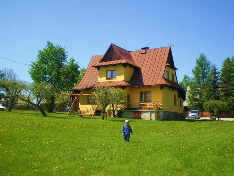 Dom z wielkim ogrodem.