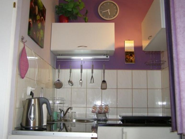 kuchnia połaczona z jadalnią ,jasna z oknem ładny widoczek