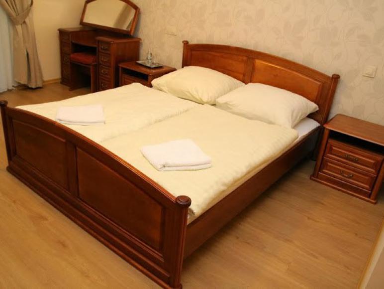 Sypialnia w pokoju dwuosobowym