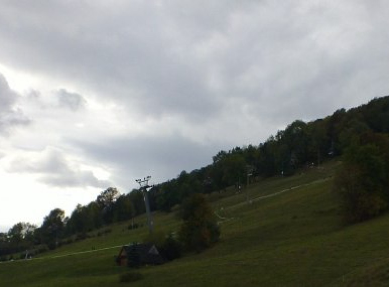widok na wyciag narciarski latem